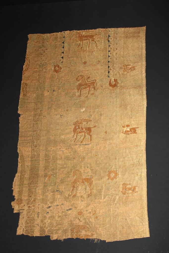 Frammento rettangolare, sciamito ricamato con leoni, cervi, leprotti, Egitto fatimita o vicino Oriente, IX-X secolo
